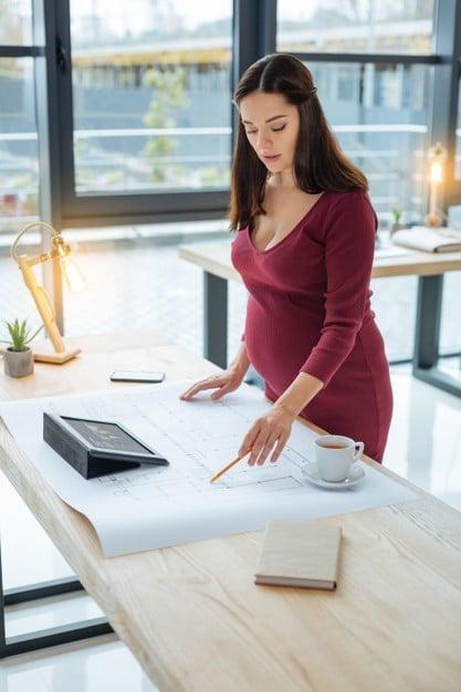 femme enceinte travaillant