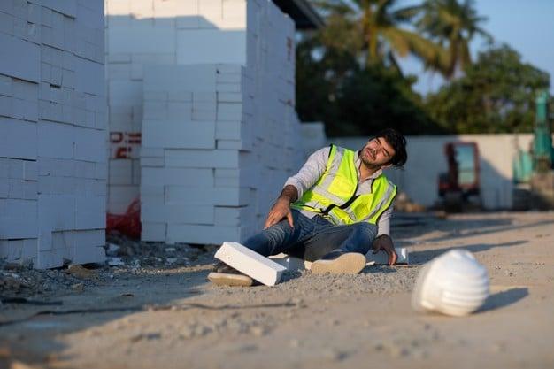 travailleur-construction-accident-gisant-sol-alors-qu-il-travaillait-chantier-construction-accident-du-travail_